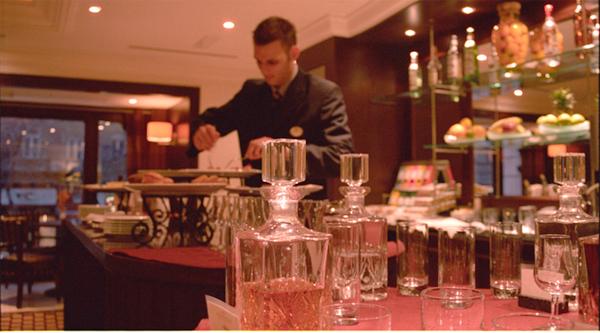 hotel-servire-chelner