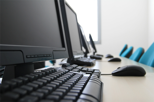calculatoare-scaune-libere-locuri-de-munca