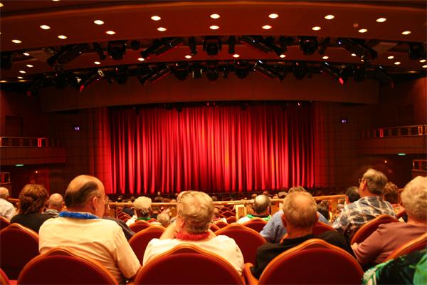 teatru-piesa-scena-spectatori